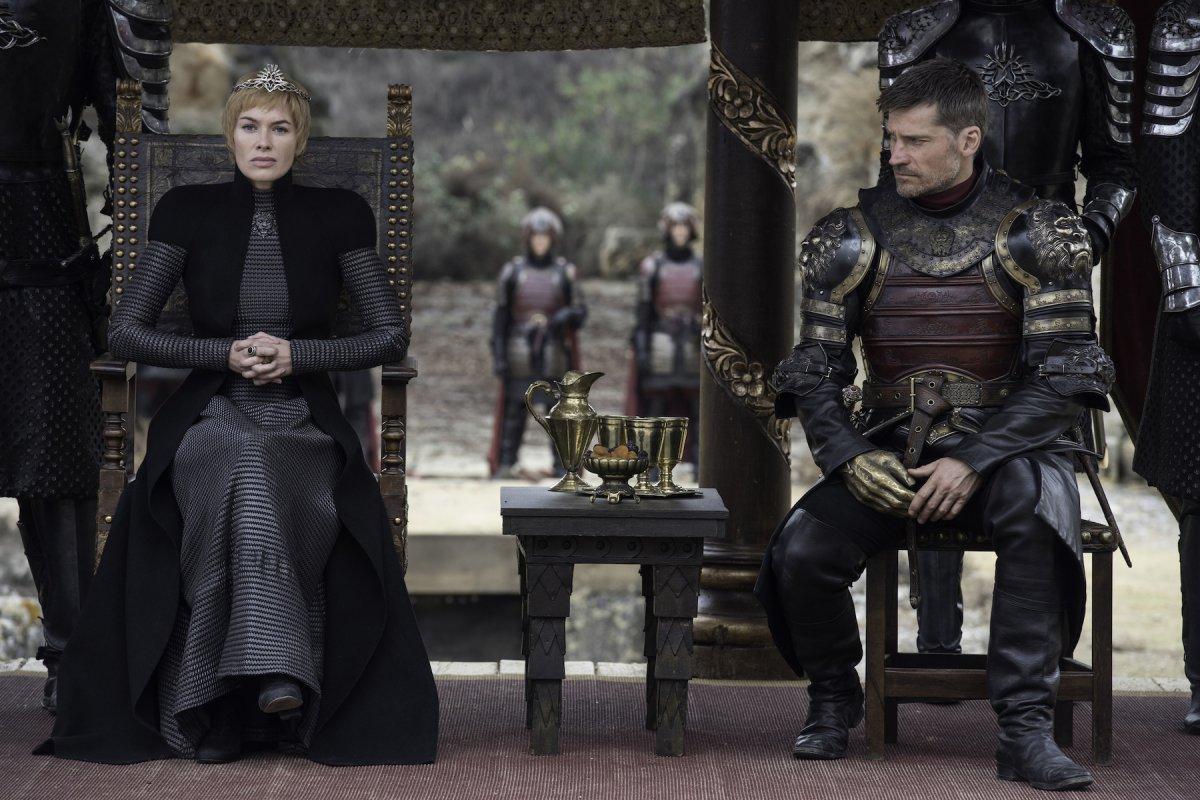 Os incestuosos. O olhar de Jaime parece meio triste. Talvez esteja a pensar se Cersei vai aceitar ou não juntar-se aos seus inimigos. Anyway, não nos parece que a teoria de que ele mata Cersei se confirme... Pelo menos não neste fecho de temporada. Seria muito surpreendente se acontecesse (e brutal, também!).