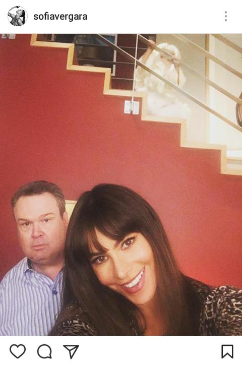 """Print do Instagram de Sofia Vergara - """"Gloria"""" com """"Cameron"""" e o pequeno """"Joe"""" nas escadas, mascarado de fantasma."""